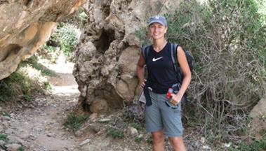 Frau auf Menorca macht Wanderung am Camí de Cavalls